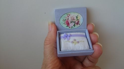 TR124-Wooden box with hand-embroidered